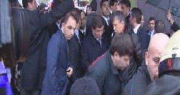 Başbakan, kazayı görünce konvoyunu durdurdu