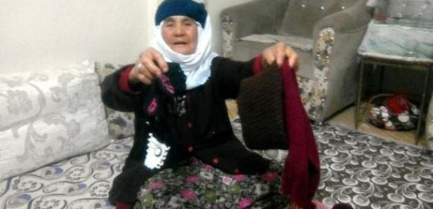 Bayırbucak Türkmenleri'ne giyecek örüyor