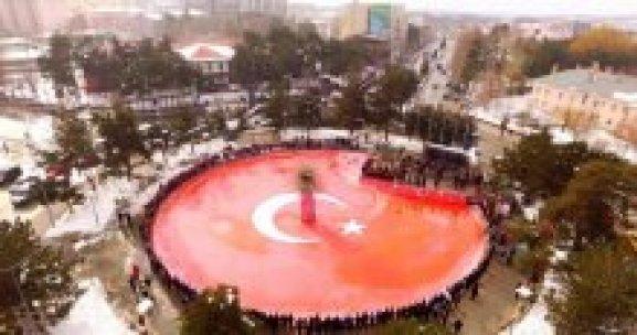 Buzun üzerine dev Türk bayrağı