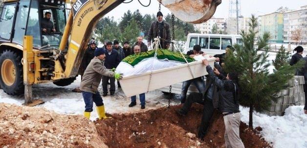 Cenazesi mezara kepçeyle konuldu