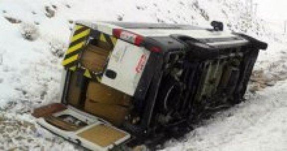 Cenazeye giden minibüs şarampole devrildi, 8 yaralı