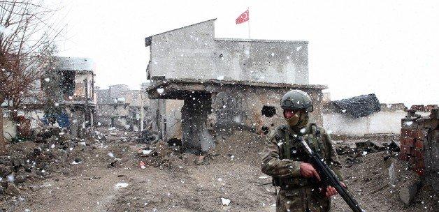 Cizre'de binaların tepesine Türk bayrağı çekildi