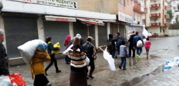 Cizreliler evlerinden beyaz bayrakla ayrılıyor