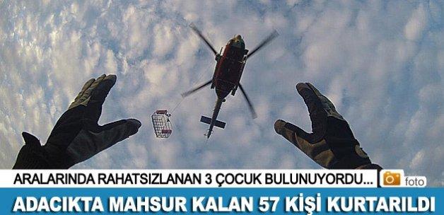 Dikili'de bir adacıkta mahsur kalan 57 kişiyi kurtarıldı