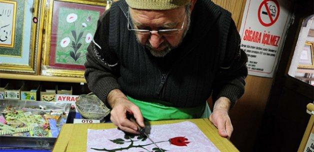 Ebruda kullandığı boyayı topraktan yapıyor