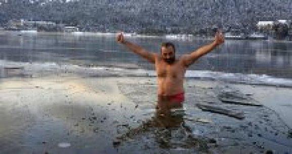 Eksi 20 derecede göle girdi