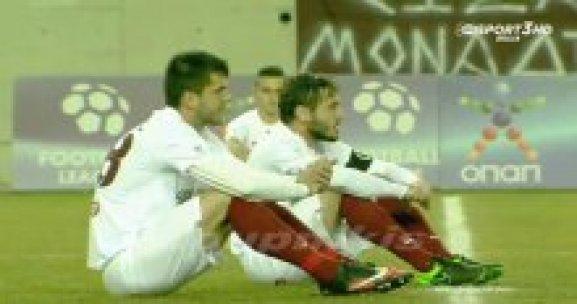 Futbolcular maçta mülteciler için oturma eylemi yaptı