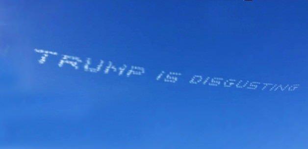 Gökyüzüne yazdı: Trump iğrenç!