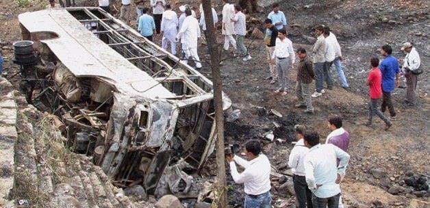 Otobüs gölete devrildi: 13 ölü, 16 yaralı