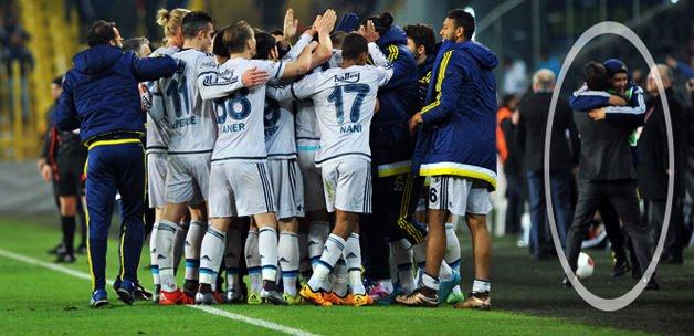 Oyuncular birbirilerine sarılırken Pereira...
