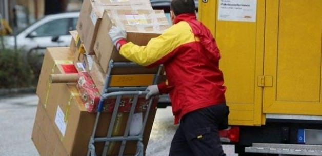 Postacı dağıtacağı paketleri internette sattı!