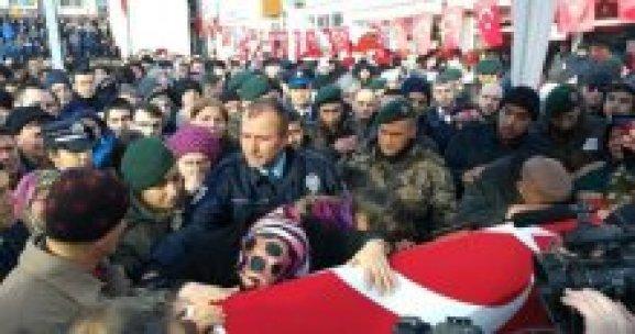 Şehidin babası cenazeye polis üniforması ile katıldı