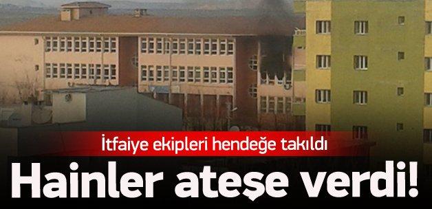 Teröristler 3 okulu ateşe verdi