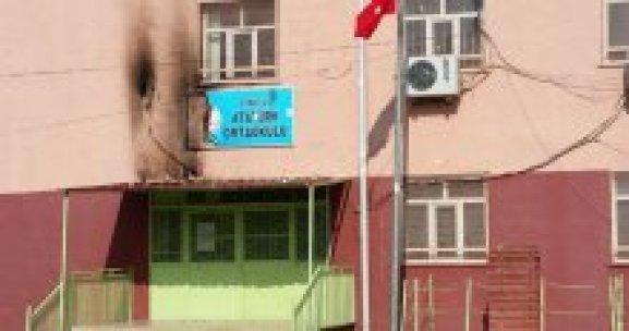 Teröristler yine okullara saldırdı