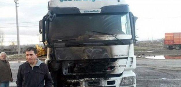 Teröristler yol kesip TIR yaktı!