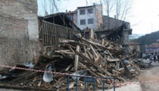 100 yıllık tarihi bina böyle çöktü