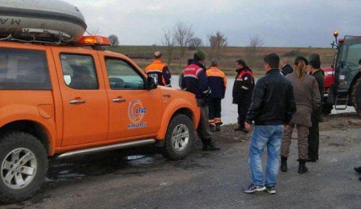 AFAD, gölete düşen otomobildeki 3 kişiyi kurtardı