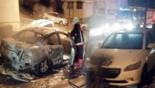 Başkent'te park halindeki 2 araç yandı