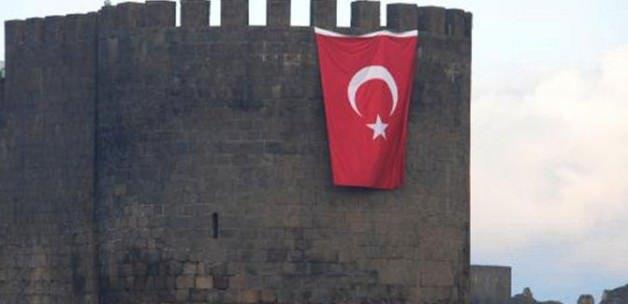 Dev Türk bayrağı asıldı