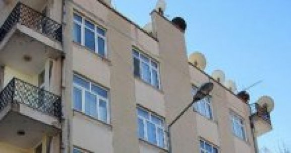 Diyarbakır'da bir binanın çatısına roket mermisi isabet etti