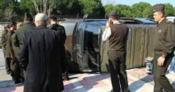 Manisa'da askeri araç takla attı, 3 asker yaralandı