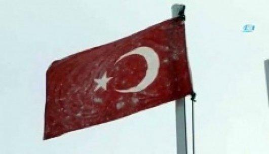 Mehmetçiğin görev yaptığı hudut karakolunda bayrak bile dondu