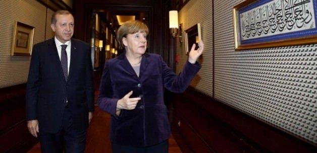 Merkel'in sorduğu o tabloda ne yazıyor?