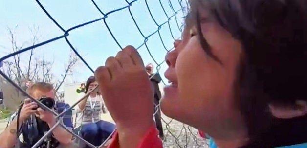 Mülteci kız sınırı açın diye ağladı