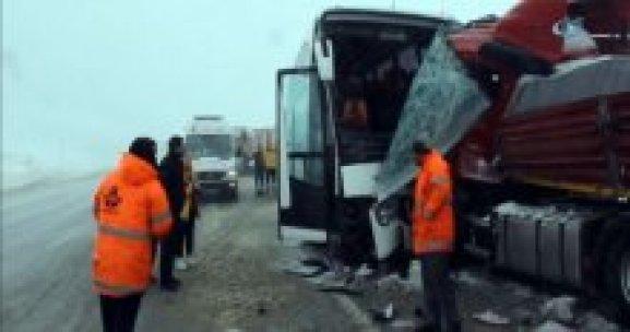 Otobüs TIR'a çarptı, 1 ölü, 33 yaralı