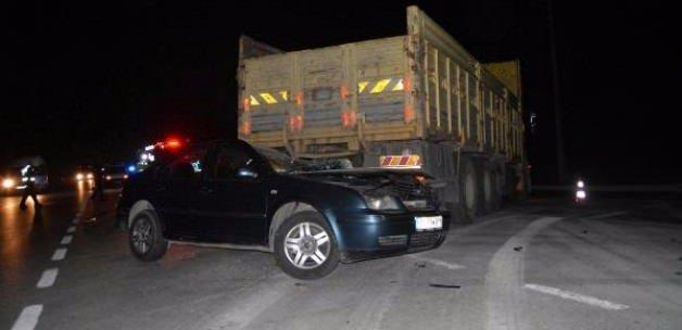 Otomobil, kamyona çarptı: 1 ölü, 2 yaralı
