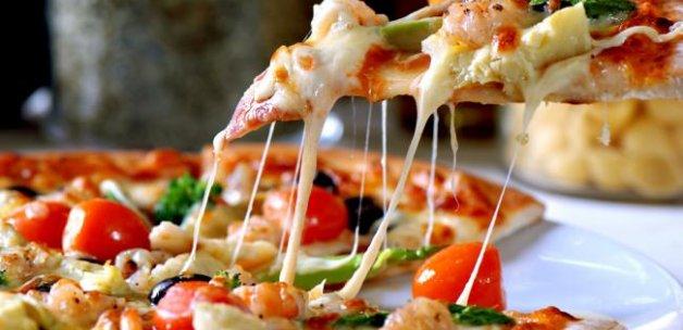 Pizzanın içinden öyle bir şey çıktı ki!