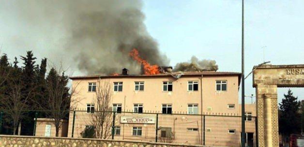 PKK'lılar eski hastaneyi ateşe verdi