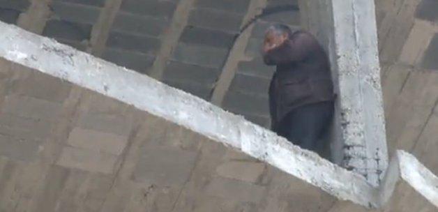 Polis intihar etmek isteyen bir kişiyi kelepçeledi