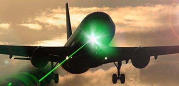 Uçağa tutulan lazer pilotu hasta etti