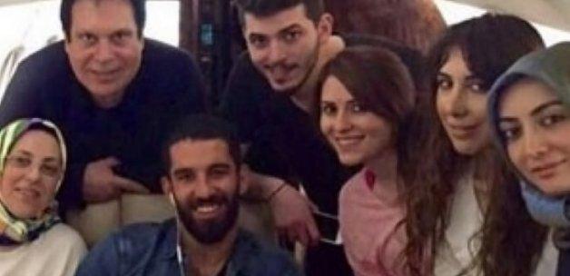 Arda Turan akrabalarını özel uçağında ağırladı