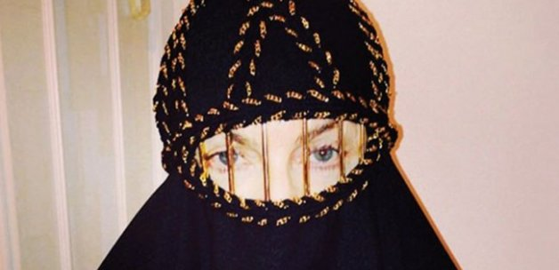 Camiye giden Madonna'ya çarşaf giydirdiler!