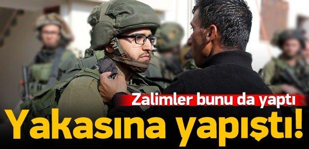 İsrailli askerin yakasına yapıştı