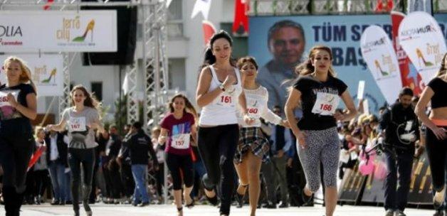 Kadınlar 2 bin liralık ödül için 'topuk'ladı
