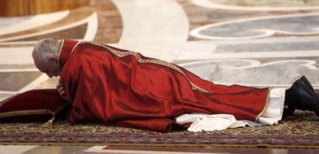 Katolik lideri Papa secdeye kapandı