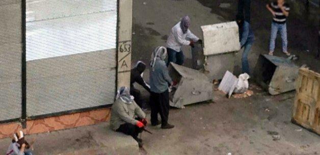 Korsan gösteriye müdahale eden polise uzun namlulu silahla saldırı