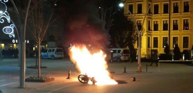 Polise kızdı, motosikletini yaktı