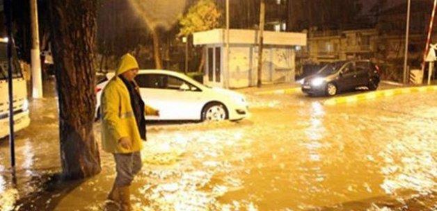Sağanak yağış Manisa sokaklarını göle çevirdi