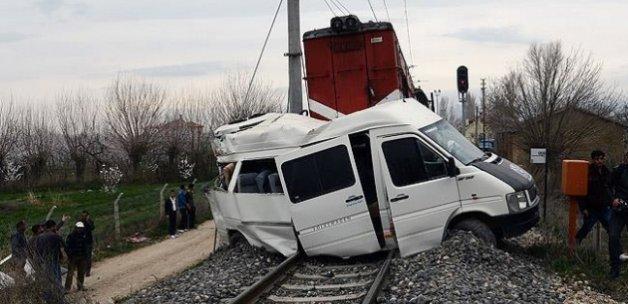 Tren hemzemin geçitte öğrenci servisine çarptı