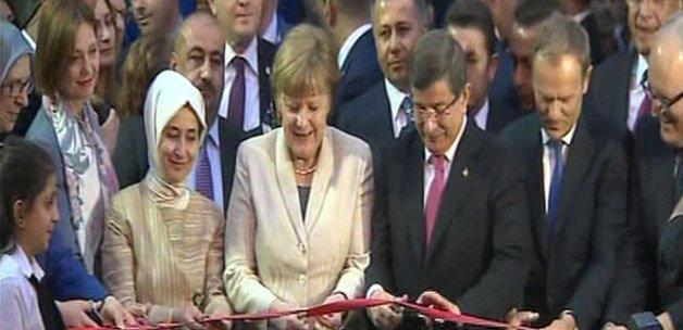Başbakan Davutoğlu ve Merkel aile ve çocuk merkezinin açılışını yaptı