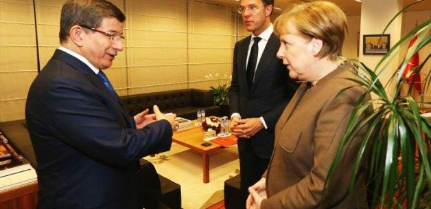 Davutoğlu, Merkel ile görüştü!