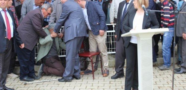 Konferansta 'Kaz Vakası' anlatılırken, üzüntüden fenalaşıp yere yığıldı