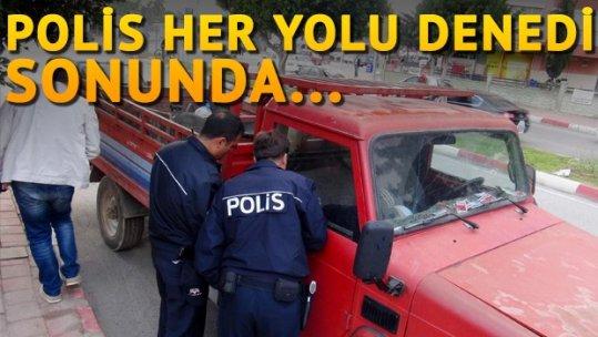 Polis kamyonet sürücüsünü uyandırmakta zorlandı