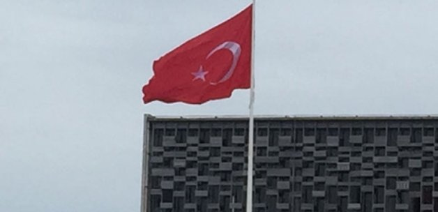 Taksim'de dev bayrak yeniden göndere çekildi