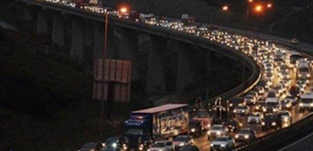 TEM Otoyolunda yangın trafiği kapattı