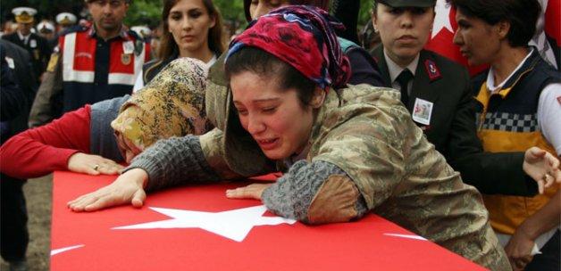 Abisini asker üniformasıyla uğurladı